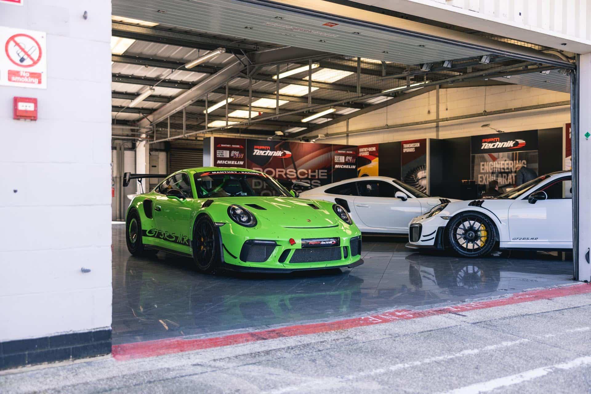 991.2-gt3rs-in-silverstone-garage